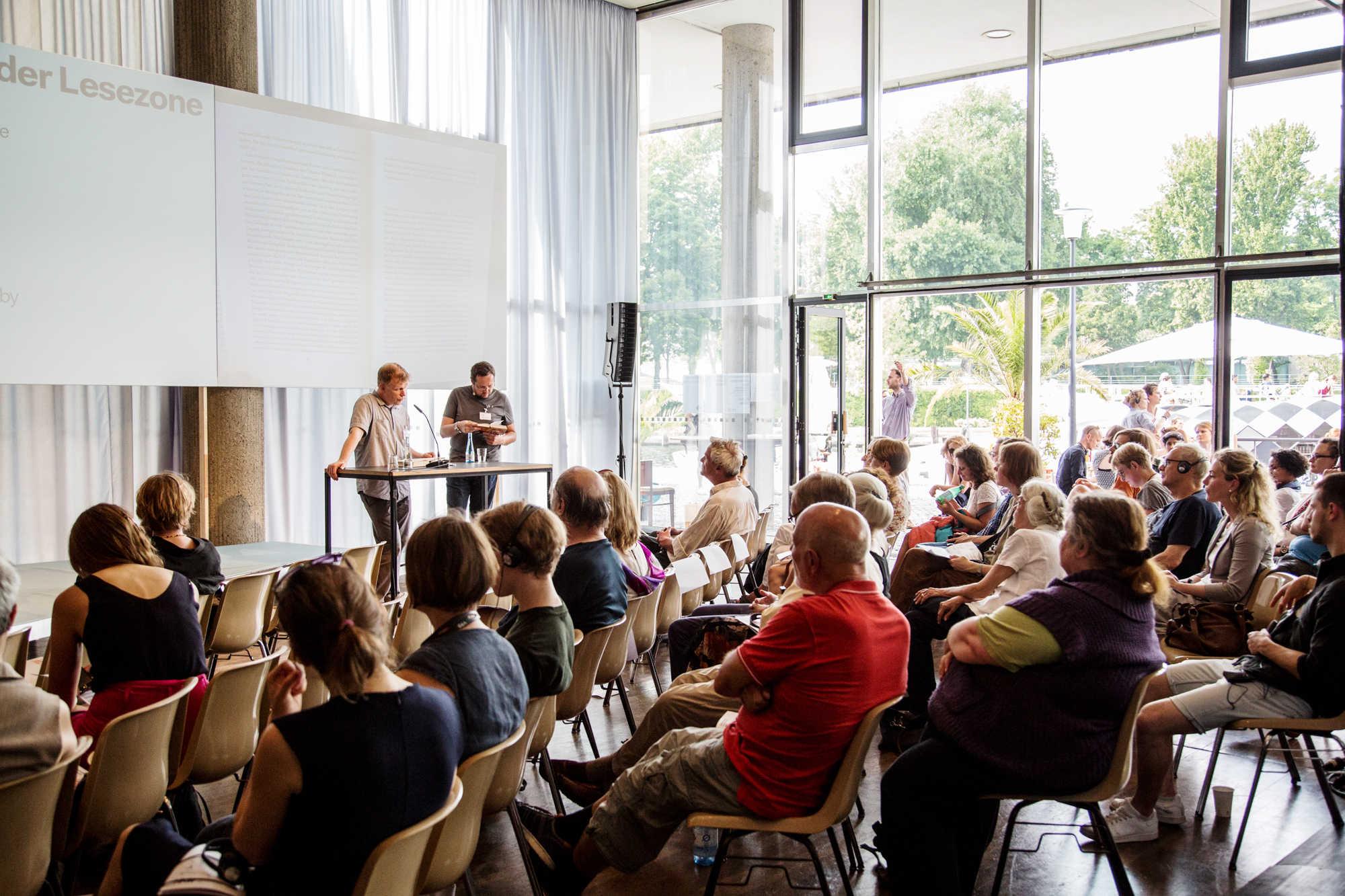 """Übersetzer Andreas Tretner & Autor Alexander Ilitschewski lesen aus """"Der Perser"""" Foto: Katy Otto"""