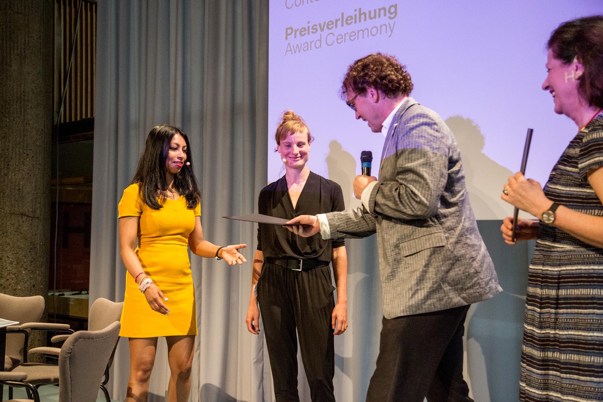"""Presiübergabe durch Intendant Bernd Scherer an Shumona Sinha & Lena Müller für """"Erschlagt die Armen!"""" Foto: Katy Otto"""
